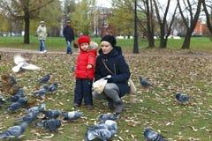 11/02/2017,莫斯科、俄罗斯、Tsaritsino公园、男孩和妇女f 免版税库存照片