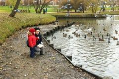 11/02/2017,莫斯科、俄罗斯、Tsaritsino公园、男孩和妇女f 免版税库存图片
