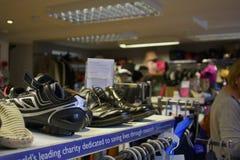 06 08 2015年,里面癌症研究慈善商店在Linlinthgow在苏格兰,英国 库存照片
