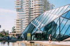 巴统,阿扎尔,乔治亚 走在McDonalds餐馆附近现代大厦的人们  免版税库存照片