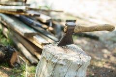 轴,柴刀,轴 分裂与轴的一本日志 在的桦树木柴 库存照片