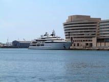 11 07 2016年,巴塞罗那,西班牙:在口岸的豪华大超级游艇 免版税库存图片
