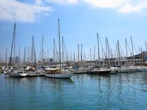 11 07 2016年,巴塞罗那,西班牙:在海港的豪华风帆游艇 库存照片