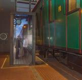 15, 11月, 2017年-葡萄酒火车和一大屏幕与passen 免版税图库摄影