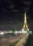 巴黎, 2017年7月:在夜光展示的埃佛尔铁塔 巴黎 图库摄影