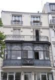 巴黎, 7月19日:一个历史建筑的古老阳台在从法国的巴黎 库存照片