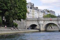 巴黎, 7月18日:在塞纳河的新桥细节从巴黎在法国 库存照片