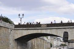 巴黎, 7月18日:在塞纳河的艺术桥从巴黎在法国 库存照片