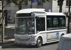 巴黎, 7月15日:在香榭丽舍大街驻防的公共汽车在从法国的巴黎 库存照片