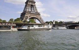 巴黎, 7月18日:塞纳河从巴黎的巡航小船在法国 免版税库存照片