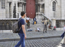 巴黎, 7月17日:大教堂的从蒙马特的Sacre Coeur街道音乐家在巴黎 库存图片