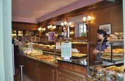 巴黎, 7月17日:糖果店内部在蒙马特在巴黎 免版税库存图片