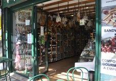 巴黎, 7月17日:食物和酒magasin内部在蒙马特在巴黎 库存图片