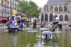 巴黎, 7月20日:从巴黎的斯特拉文斯基喷泉附近的篷皮杜中心在法国 免版税库存图片