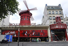 巴黎, 7月17日:从蒙马特的红磨坊余兴节目在巴黎 免版税图库摄影