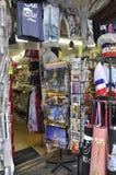 巴黎, 7月17日:从蒙马特的纪念品magasin在巴黎 库存图片