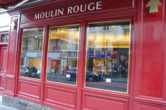 巴黎, 7月17日:从蒙马特的Magasin红磨坊在巴黎 库存图片