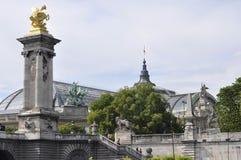 巴黎, 7月18日:Pont AlexanderIII柱子在塞纳河的从巴黎在法国 免版税库存照片