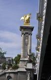 巴黎, 7月18日:Pont AlexanderIII柱子在塞纳河的从巴黎在法国 免版税图库摄影