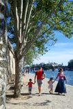 巴黎, 2016年8月30日 巴黎色球旅游胜地(海滩的巴黎)与在塞纳河附近的步行路 库存图片