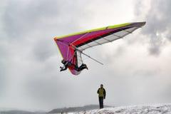 2018-02-25, Kyiv,乌克兰 与悬挂式滑翔机的试验飞行 免版税图库摄影