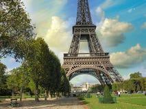 巴黎, La游览埃菲尔。在城市著名塔上的夏天日落 免版税库存图片