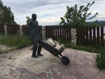 11 06 2017年, Shiryaevo,翼果地区,俄罗斯-对矿工的俄国纪念碑村庄  免版税库存照片