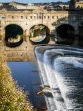浴, SOMERSET/UK - 10月02日:观点的Pulteney桥梁和韦 免版税图库摄影