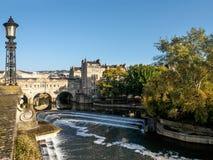 浴, SOMERSET/UK - 10月02日:观点的Pulteney桥梁和韦 图库摄影