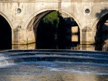 浴, SOMERSET/UK - 10月02日:观点的Pulteney桥梁和韦 库存图片