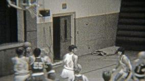 1972年:一场高中篮球比赛的骄傲的父母景色 股票录像