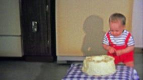 1973年:一岁笨拙地走到生日聚会蛋糕并且烧自己在蜡烛 影视素材