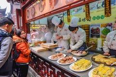 :不明身份的中国厨师厨师和商业传统食物在豫园 图库摄影