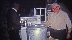 1965年:人打开的通入蒸汽的热的罐食物 影视素材