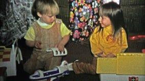 1973年:兄弟疯狂对劫掠的姐妹对他新的圣诞节玩具 影视素材