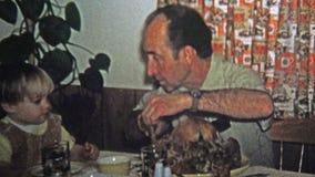 1973年:关于怎样的爸爸教的儿子雕刻假日火鸡 影视素材