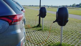 :几个电动车在街道充电器被充电 股票视频