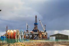:半能潜航抽油装置在Cromarty峡湾的造船厂 免版税库存照片