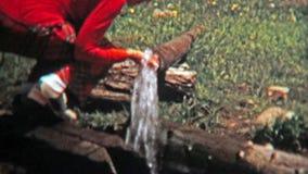 1972年:喝从管子的末端的妇女很好被挑的水 股票视频