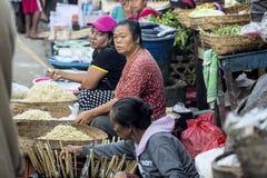 :女推销员在市场上,村庄Toyopakeh,努沙Penida 6月17日 2015年印度尼西亚 库存图片