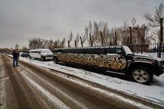 10 02 2016年:婚礼limousinne发嗡嗡声的东西吉普在莫斯科, Izmailovsk 免版税库存照片