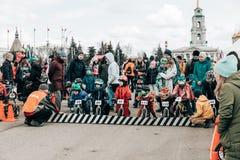 :孩子的非职业竞争平衡在列宁广场的自行车 库存照片
