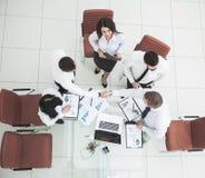 :成功的企业队与新的商务伙伴握手在财政合同的结论以后 库存图片