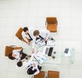 :成功的企业队与新的商务伙伴握手在财政合同的结论以后 免版税库存图片