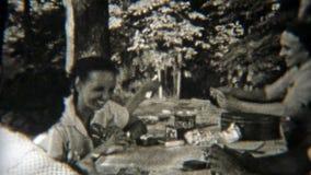 1949年:打扑克的家庭户外,当野营时 纽瓦克,新泽西 股票录像