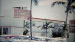 1959年:摩纳哥旅馆和停车场的外部射击老汽车 佛罗里达迈阿密 股票录像