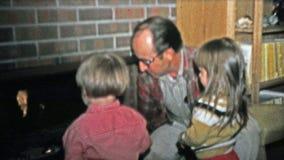 1973年:教关于壁炉安全的祖父孩子 股票视频