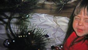 1973年:装饰与玻璃装饰品的小女孩和猫一棵圣诞树 影视素材