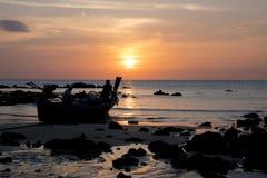 2017-02-02 :酸值陶海岛,泰国,渔夫观看日落 免版税库存图片
