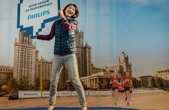 2016年 09 25 :IV莫斯科马拉松 跳在从主办者菲利普的一张绷床的运动员 免版税图库摄影